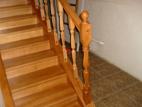 Установка деревянные перила для лестниц